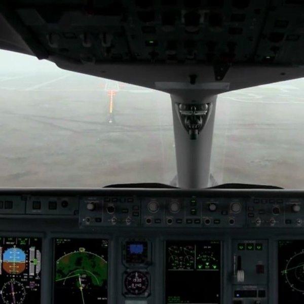 Boeing,YouTube,авиация,самолёт,соцсети,общество, Сильный ветер едва не опрокинул совершавший посадку Boeing 737-430