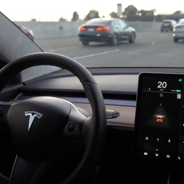 автомобили, Tesla начала продавать самую дешевую версию электромобиля - Model 3